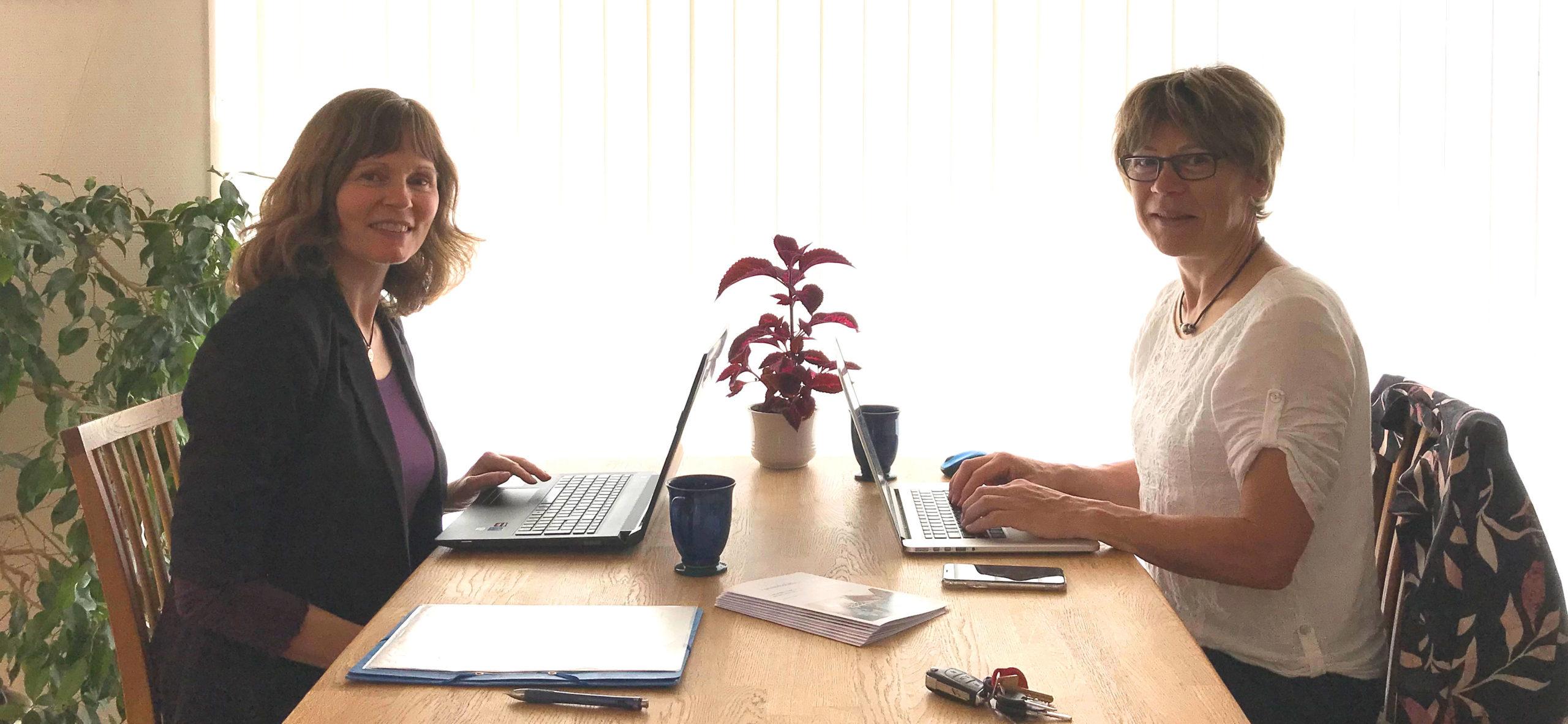 Stine Bjerager og Annelise Dittmer på kontoret
